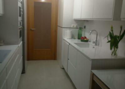 Cocina blanca con electrodoméstico blanco